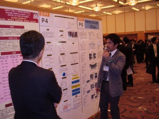 第39回日本脊椎脊髄病学会(2010/4/24)においてポスター発表(超高齢者(80歳以上)腰椎変性疾患に対する脊椎手術の治療成績と問題点の検討)を行う村添與則医師。