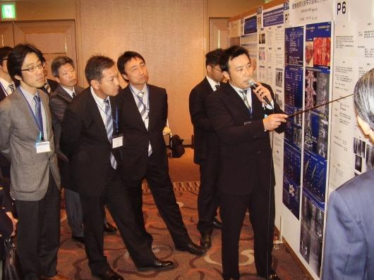 第39回日本脊椎脊髄病学会(2010/4/23)においてポスター発表(腰椎椎間孔部狭窄に対する診断と治療経験)を行う朝日盛也医師。